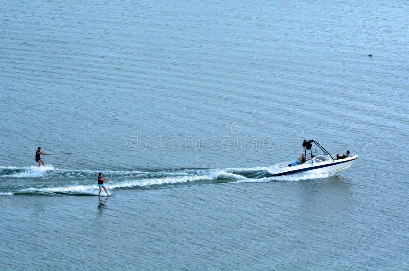 Dwa ludzie wodnego narciarstwa obraz royalty free