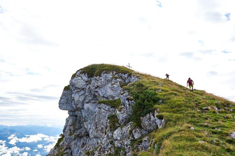 Dwa ludzie wycieczkuje przy dzień górami z plecakiem Podróżuje styl życia podróżomanii przygody pojęcia wakacje plenerowy samotny obrazy stock
