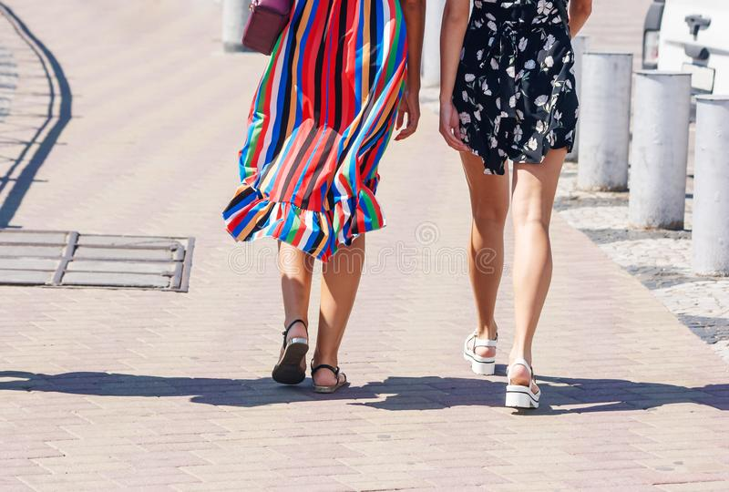 Dwa młodej dziewczyny chodzi w dół ulicę zdjęcia royalty free