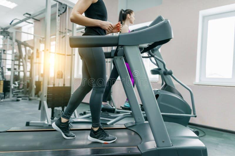 Dwa młodej sprawności fizycznej zdrowej kobiety na karuzeli w sporta nowożytnym gym Sprawność fizyczna, sport, szkolenie, ludzie  obrazy royalty free