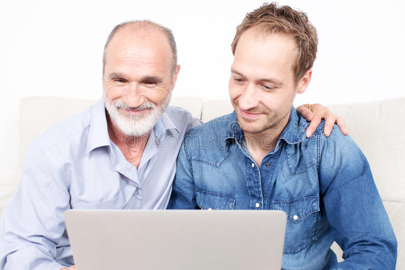 Dwa mężczyzna ma zabawę w internecie podczas gdy surfujący wpólnie obraz stock