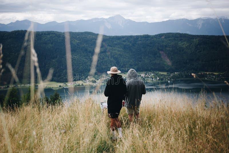 Dwa mężczyzna na szczyciefal tg0 0n w tym stadium góry cieszy się widok fotografia royalty free