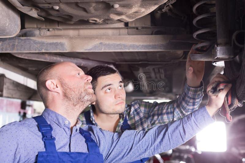 Dwa mężczyzna naprawiania samochód obraz stock