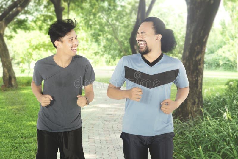 Dwa mężczyzna robi jogging wpólnie w parku obrazy stock