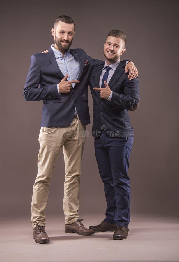 Dwa mężczyzna w kostiumów ściskać obrazy royalty free