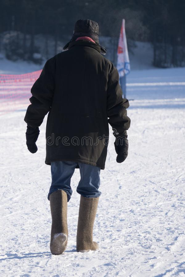 Dwa mężczyzny chodzi w dół ulicę w starej rewolucyjnej odzieży, retro stylowa zima, Rosja zdjęcie stock