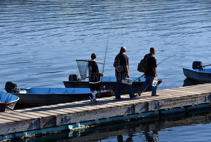 Dwa mężczyzny i nastoletniego kłoszenie łowić przy Cachuma jeziorem, Santa Barbara okręg administracyjny obraz stock