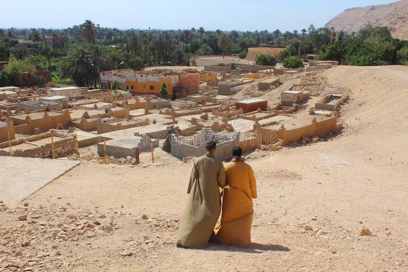 Dwa mężczyzny pochodzi wzgórze przewodzi wioska zdjęcie royalty free