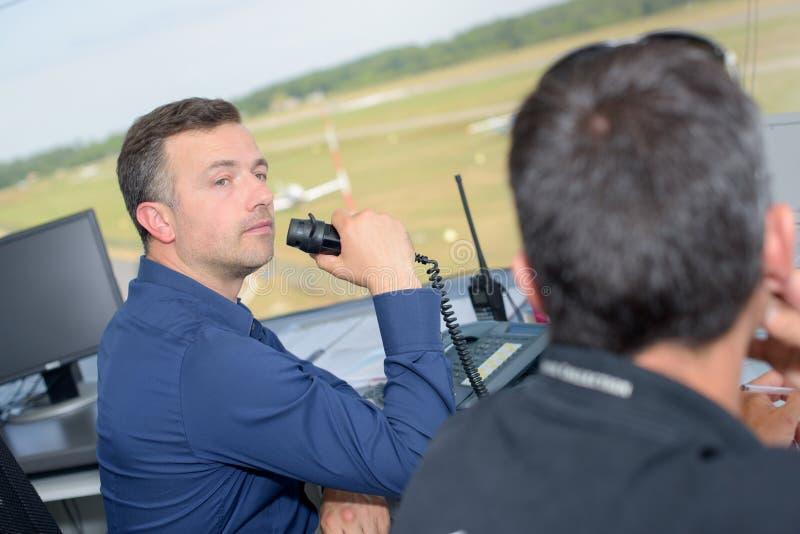 Dwa mężczyzny pracuje w lotniskowej wieży kontrolnej obrazy royalty free
