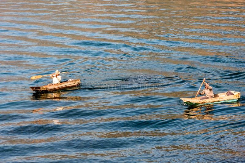 Dwa mężczyzny w schronów czółnach na Jeziornym Atitlan, Gwatemala obraz royalty free