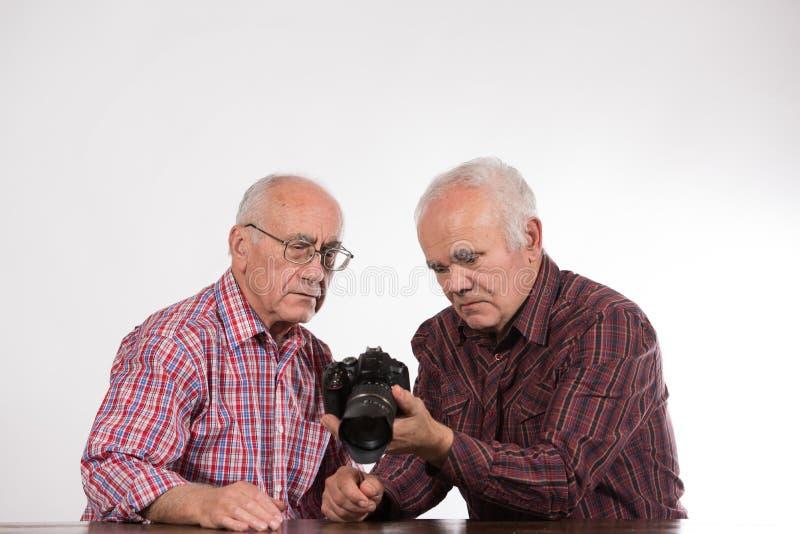 Dwa mężczyzny z dslr kamerą zdjęcie royalty free