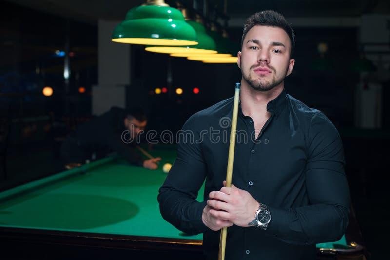 Dwa męskiego dorosłego bawić się snooker grę w klubie obraz royalty free