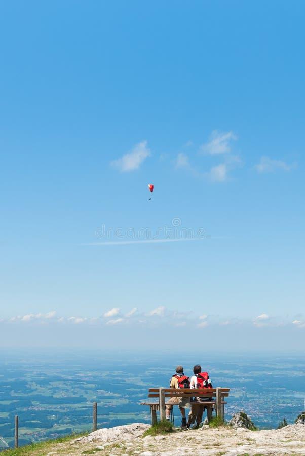 Dwa męskiego wycieczkowicza przeglądają scenerię od szczytu góra zdjęcia royalty free