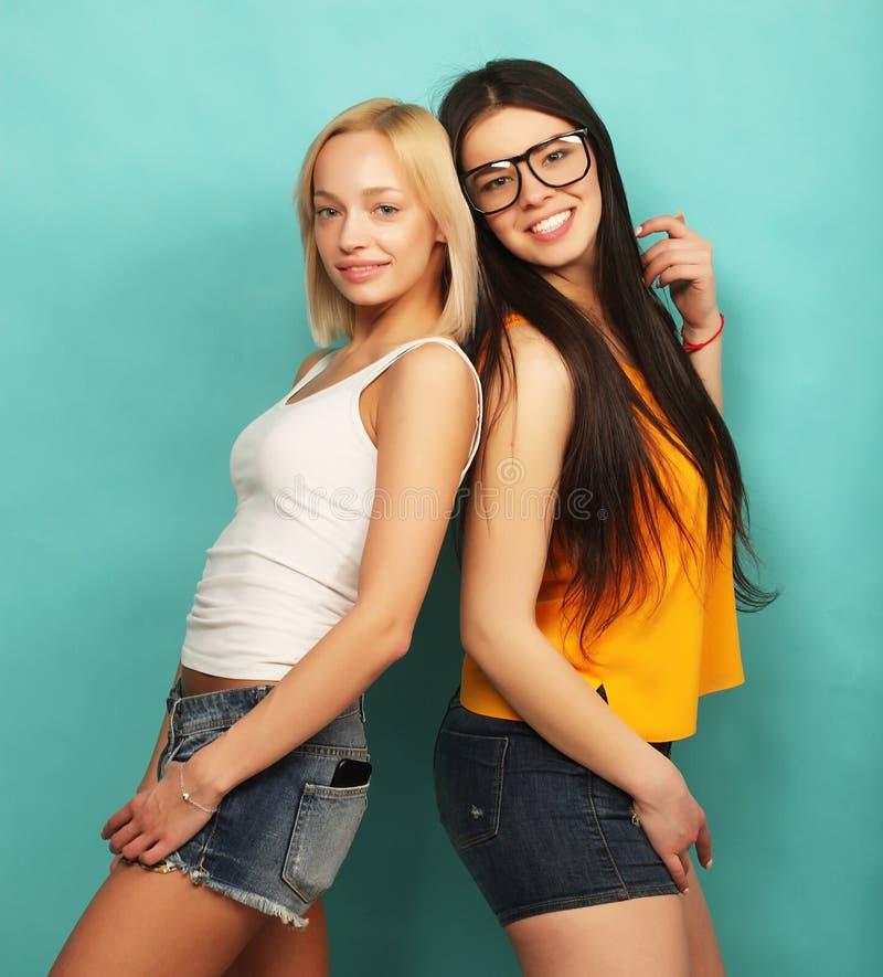 Dwa młoda dziewczyna przyjaciela stoi wpólnie i ma zabawę Nad bl obrazy stock