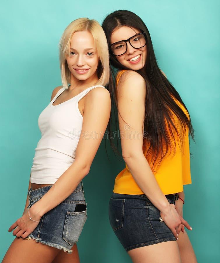 Dwa młoda dziewczyna przyjaciela stoi wpólnie i ma zabawę Nad bl zdjęcia royalty free