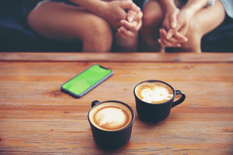 Dwa młoda dziewczyna przyjaciela z smartphone zdjęcie stock