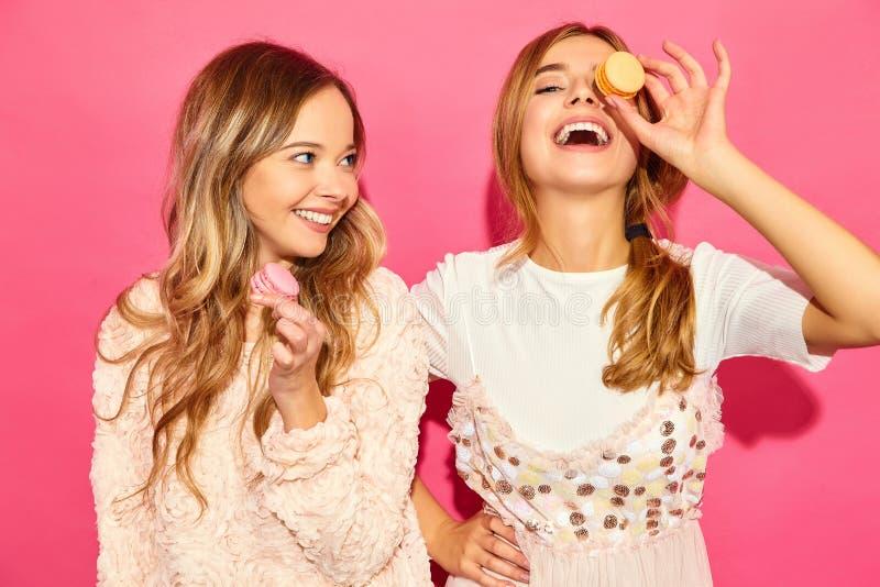Dwa młoda elegancka kobieta modeluje w lato modnisiu odziewa obraz royalty free