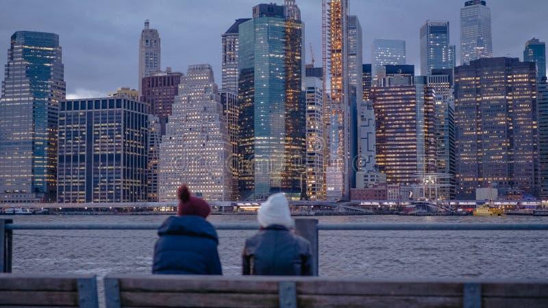 Dwa młoda kobieta cieszy się cudownego wieczór przy Manhattan linia horyzontu w Nowy Jork obraz stock