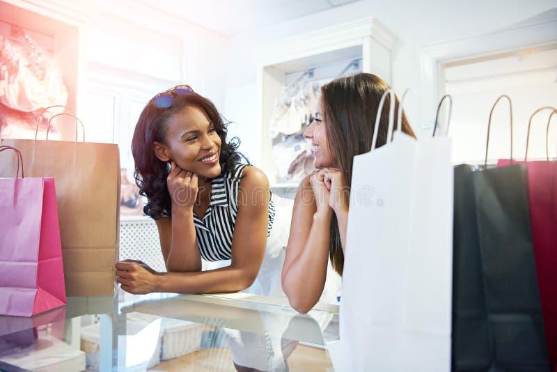 Dwa młoda kobieta w ubraniowym butiku obraz stock