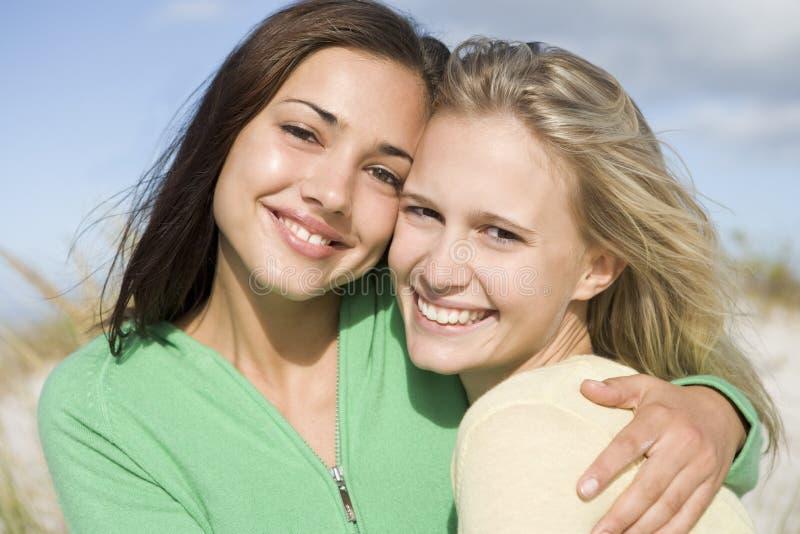 dwa młode kobiety plaży zdjęcie stock