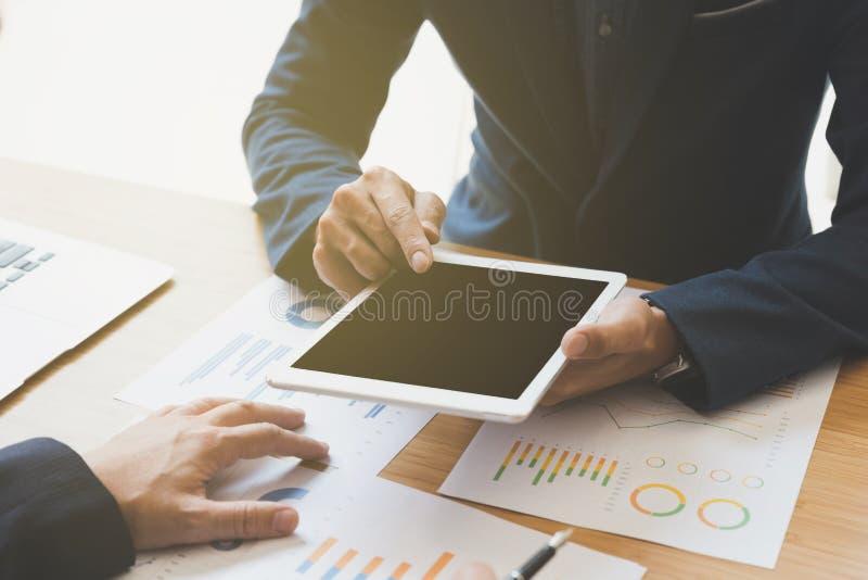 dwa młodego biznesmena używa touchpad i analizy biznesową mapę fotografia stock