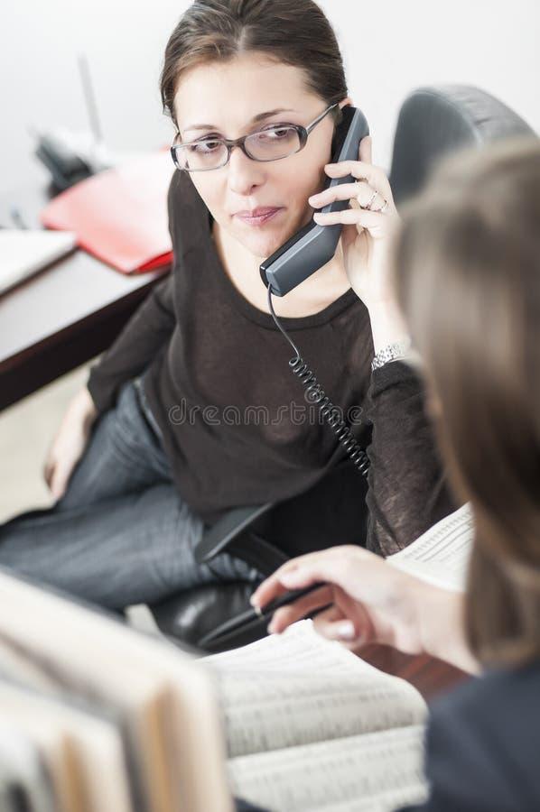 Dwa młodego bizneswomanu w biurze zdjęcia stock
