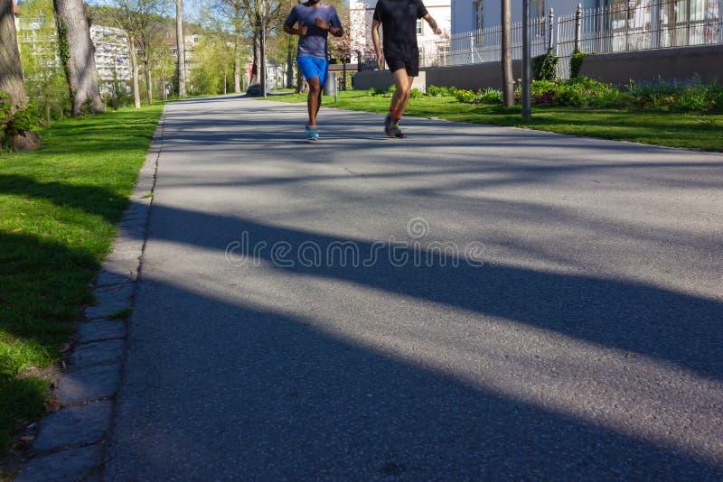 Dwa młodego człowieka jogging w parku obraz stock