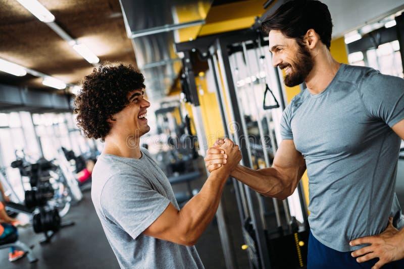 Dwa młodego człowieka spotyka przy gym i daje each innemu uściskowi dłoni obrazy stock