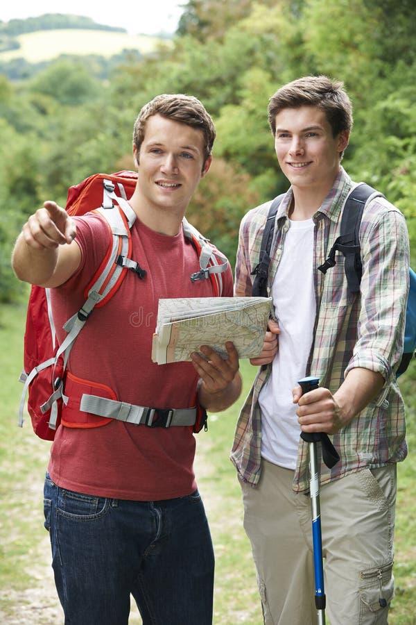 Dwa młodego człowieka Wycieczkuje W wsi Wpólnie zdjęcia royalty free