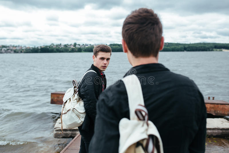 Dwa młodego faceta stoi na molu fotografia stock