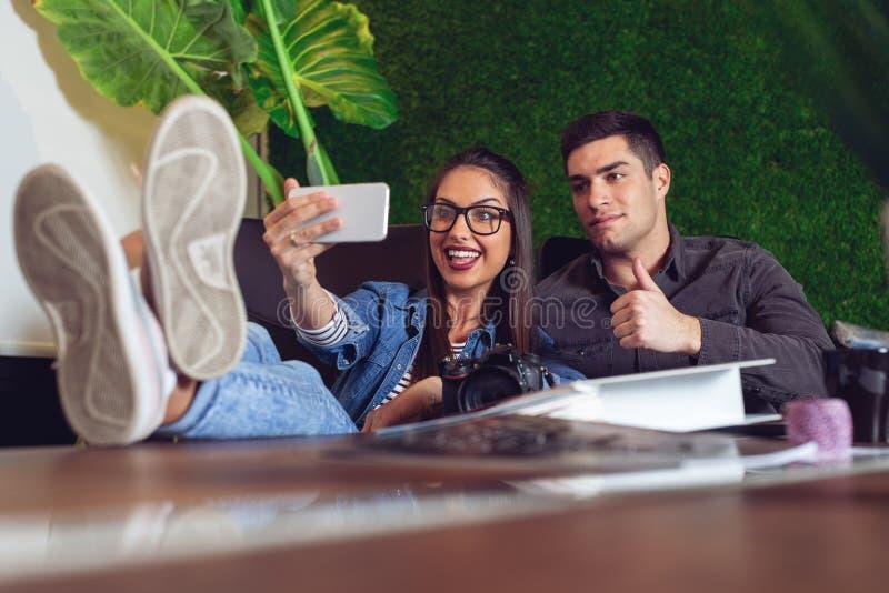 Dwa młodego inżyniera bierze selfie w biurze - Wizerunek fotografia stock