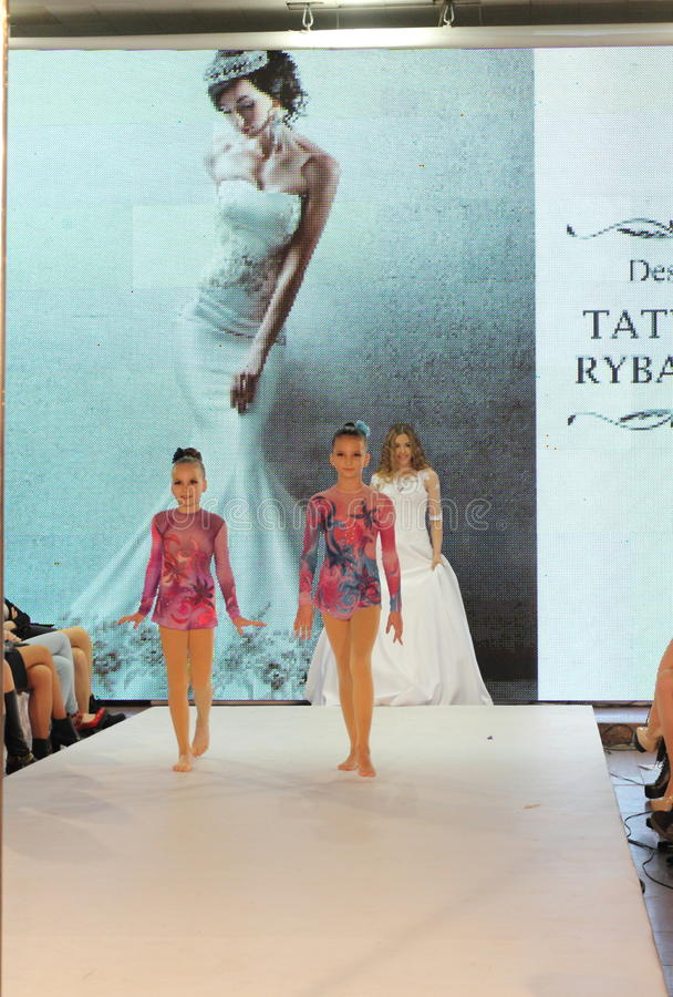 Dwa młodego modela na podium zdjęcie royalty free