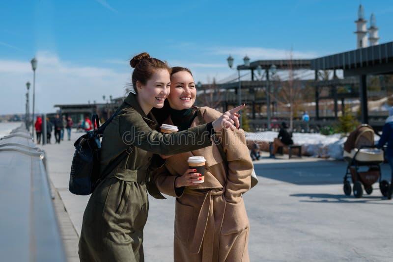 Dwa młodego podróżnika w modnych żakietach i plecakach na ulicach Kazan Widoków przyciągania fotografia stock
