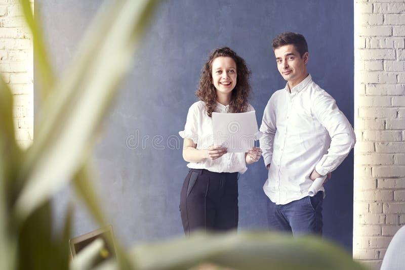 Dwa młodego profesjonalisty lub uczeń kobiety mężczyzna szczęśliwy z biznesowym spotkaniem ono uśmiecha się i opowiada o projekci fotografia stock