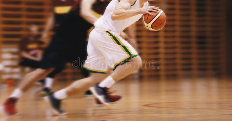 Dwa Młodego szkoła średnia gracza koszykówkiego Bawić się grę Szkoły średniej drużyna koszykarska zdjęcia stock