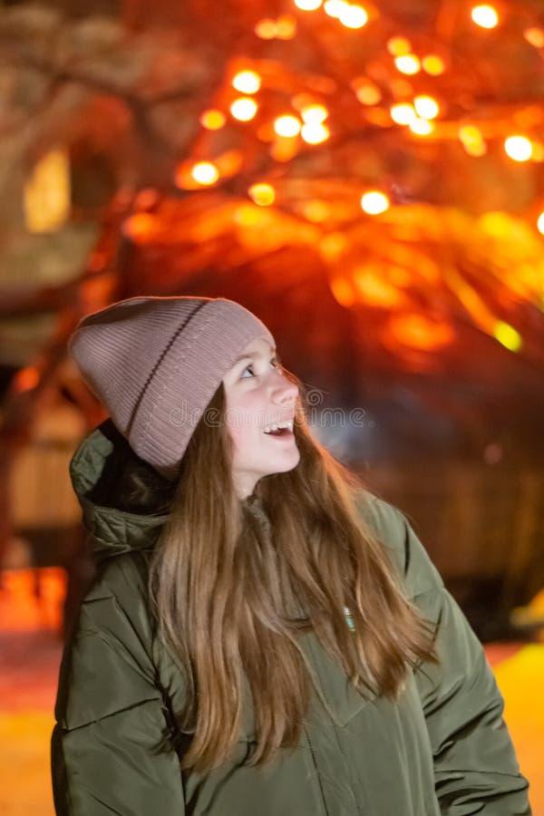 Dwa młodej dziewczyny fotografują na obserwacja pokładzie na tle stary miasto przy oko widokiem obrazy stock