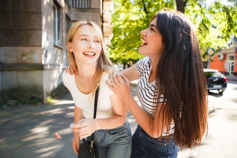 Dwa młodej dziewczyny uściśnięcie i śmiech obrazy royalty free