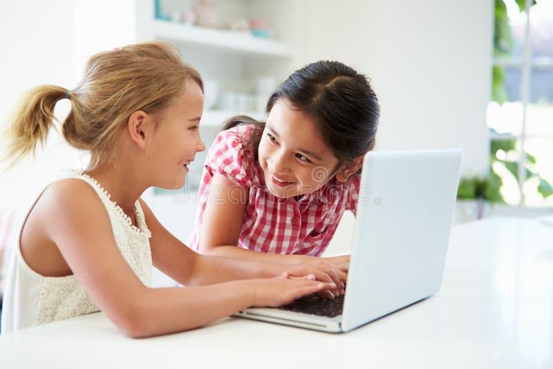 Dwa młodej dziewczyny Używa laptop W Domu obrazy stock