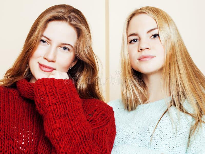 Dwa młodej dziewczyny w zima pulowerach indoors ma zabawę Lif obrazy royalty free