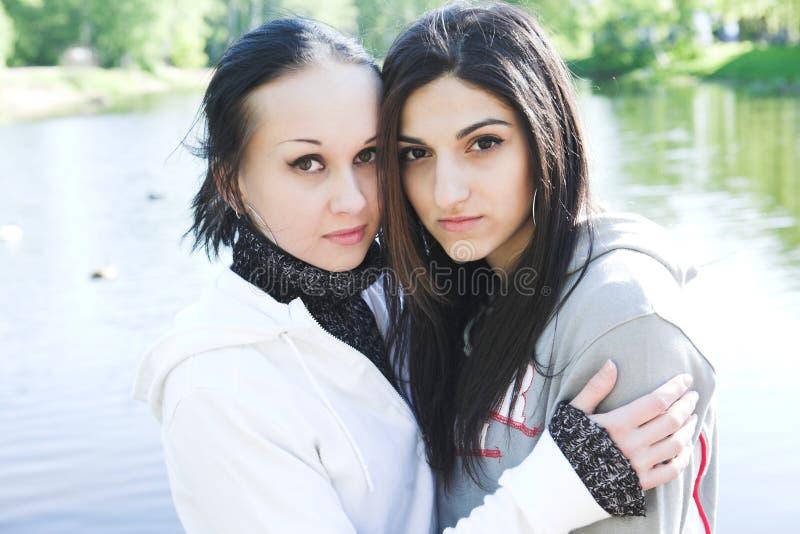 Dwa młodej kobiety jeziornym mieć zabawę obraz stock