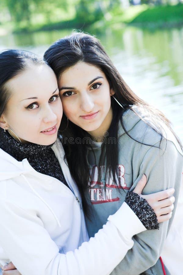 Dwa młodej kobiety jeziornym mieć zabawę obraz royalty free