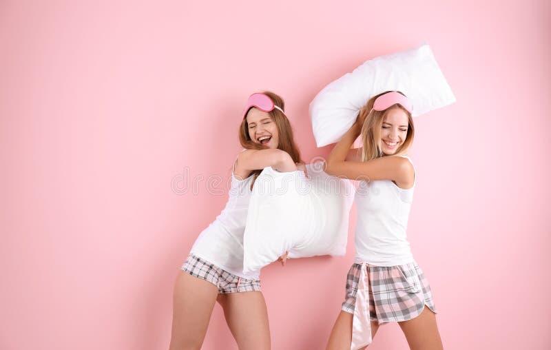 Dwa młodej kobiety ma poduszki walkę fotografia royalty free