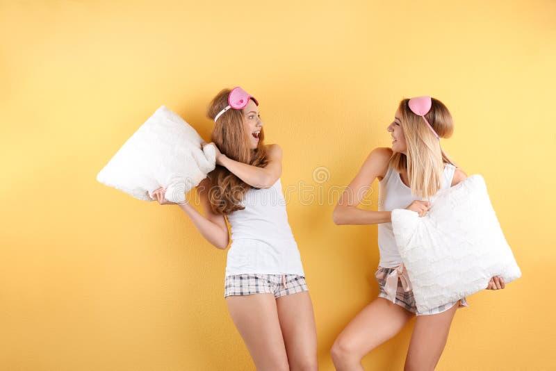 Dwa młodej kobiety ma poduszki walkę obraz royalty free