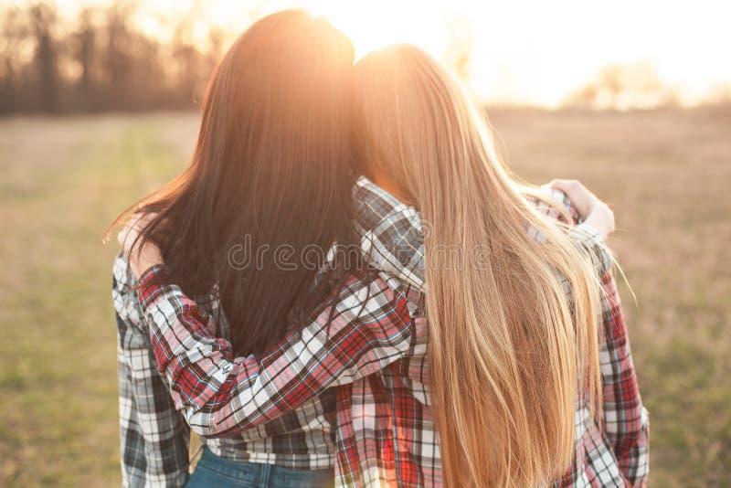 Dwa młodej kobiety ma zabawę przy zmierzchem obraz royalty free