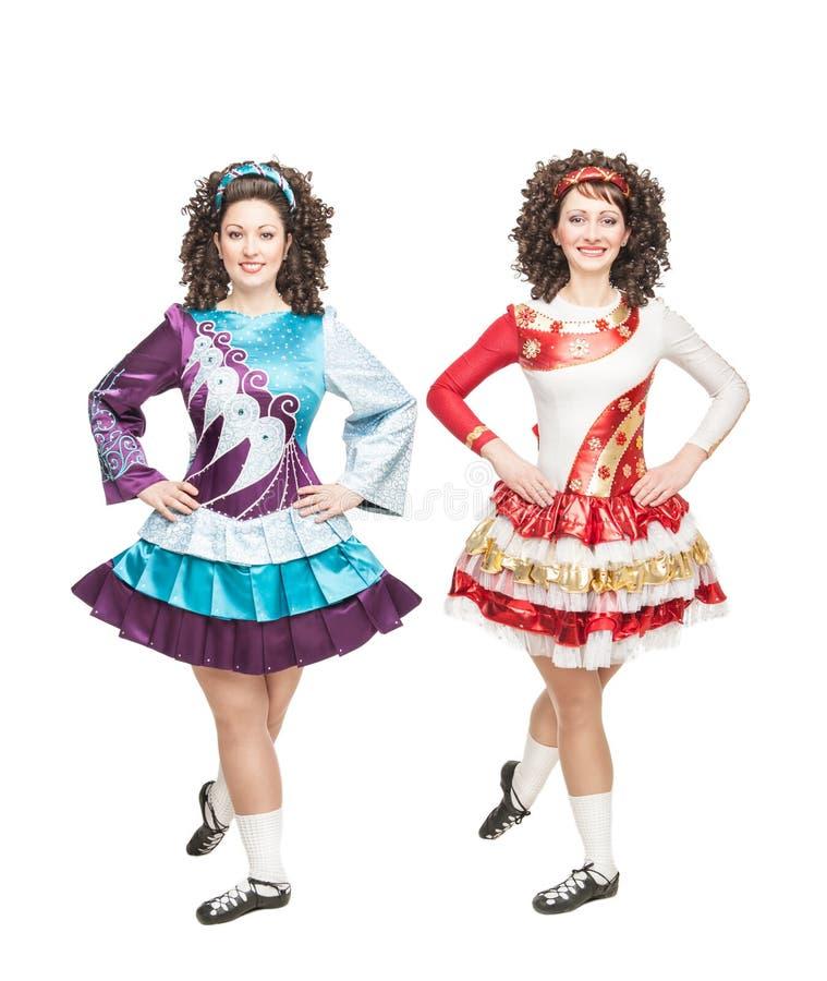 Dwa młodej kobiety w irlandzki taniec sukni pozować odizolowywam obraz royalty free