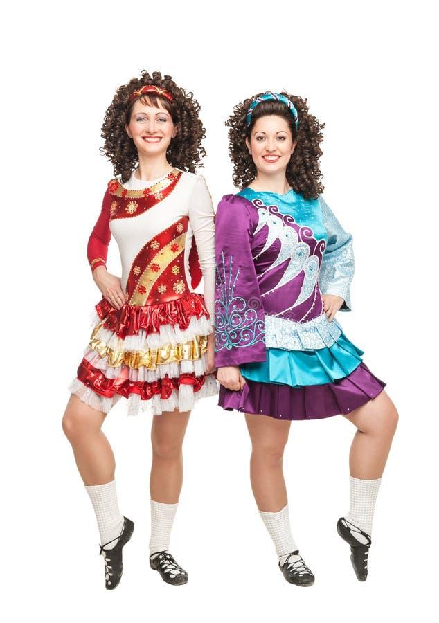 Dwa młodej kobiety w Irlandzki taniec sukni pozować odizolowywam obrazy royalty free