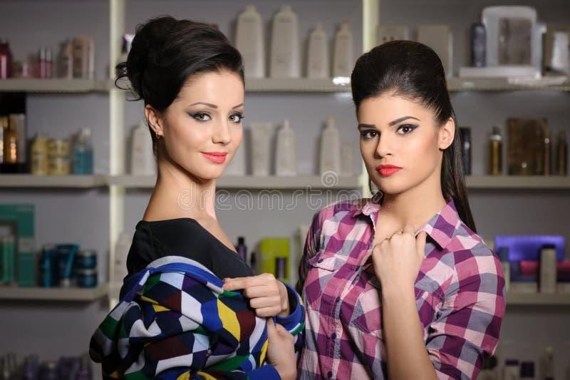 Dwa młodej kobiety w kosmetyka sklepie zdjęcia royalty free