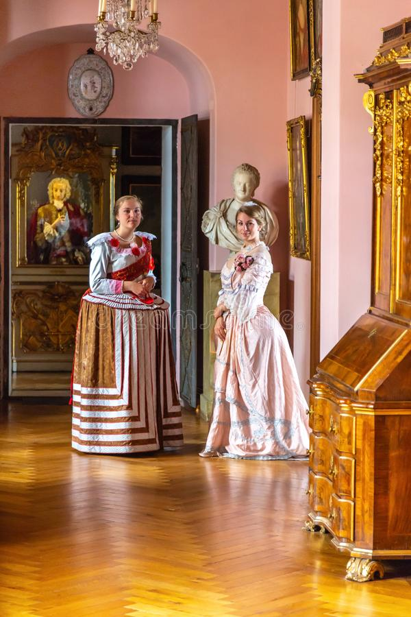Dwa młodej kobiety w renaissance stylu sukniach fotografia stock