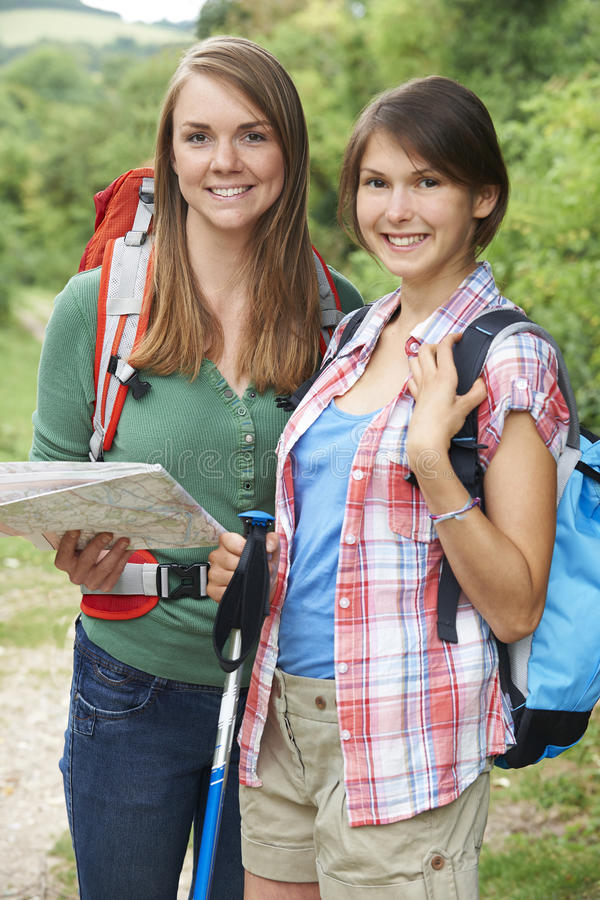 Dwa młodej kobiety Wycieczkuje W wsi Wpólnie zdjęcia royalty free