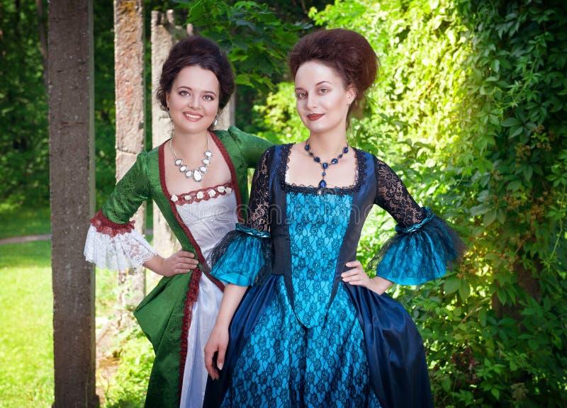 Dwa młodej pięknej kobiety w średniowiecznych sukniach plenerowych zdjęcie royalty free
